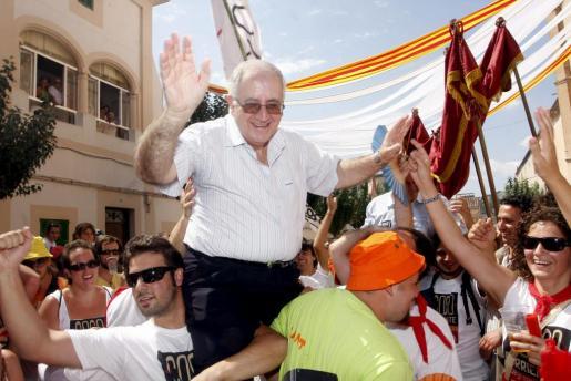 Mossèn Llorenç Lladó es el único que cada año pasa a hombros por debajo del palio del Coso. Imágenes de los años 2007 y 2011.