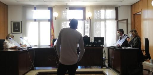 El procesado, este miércoles por la mañana, en la sala de lo Penal número 5 de los juzgados de Vía Alemania.