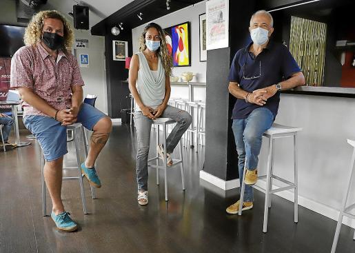 Miki Jaume, Isis 'Apache' Montero y Miquel Àngel Sancho, ayer en el Espai Xocolat de Palma.