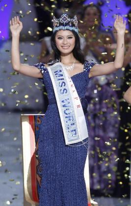 La recién coronada Miss Mundo, la China Wen Xiayu, saluda en la final de Miss Mundo.