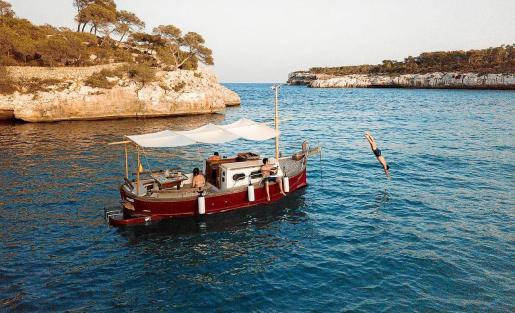 Muchos mallorquines eligen alquilar estas embarcaciones tradicionales para poder disfrutar del mar.