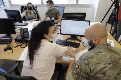 Los militares dedicados a las labores de rastreo de contactos de positivos están recibiendo formación.