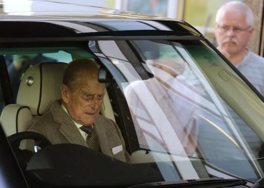 El príncipe Felipe, duque de Edimburgo, subido en un coche tras salir de la Enfermería Real de Aberdeen, hoy lunes 20 de agosto de 2012, tras pasar cinco noches hospitalizado, donde fue tratado de una infección de vejiga.