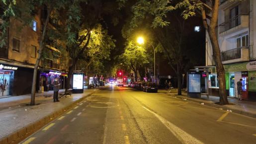 Efectivos de la Policía Local han irrumpido en la calle Indalecio Prieto.