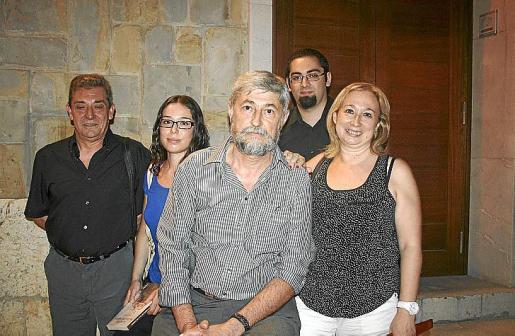 Ángel Aparicio con sus familiares tras la presentacion del libro.