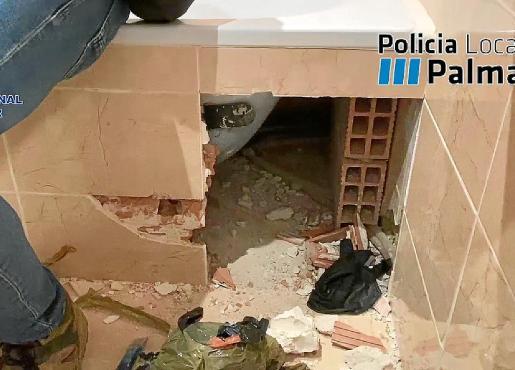 Los agentes localizaron fajos de billetes tras perforar el mármol de la bañera.