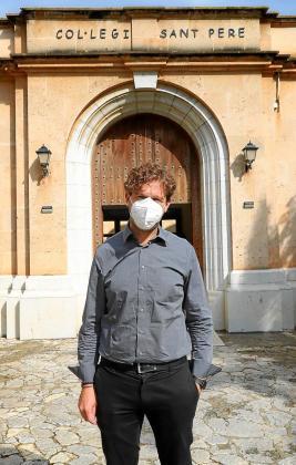 Andreu Mir, este viernes, en la entrada del colegio Sant Pere.
