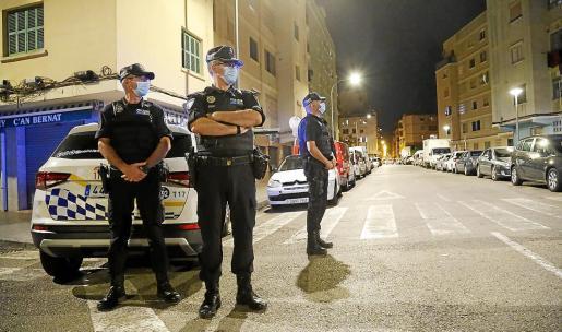 Los agentes de la Policía Local se desplegaron con coches, motos y furgones a las 21.59.