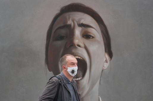 Una persona pasa por delante de una obra de la artista Maria Malinina durante la feria internacional de arte contemporáneo Cosmoscow, en Moscú (Rusia).