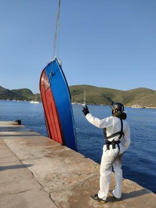 Guardia Civil y Salvamento Marítimo han trasladado la patera hasta el puerto de Palma.
