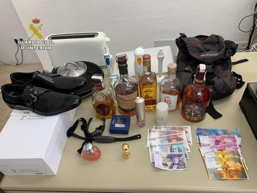 La Guardia Civil incautó diversos objetos.