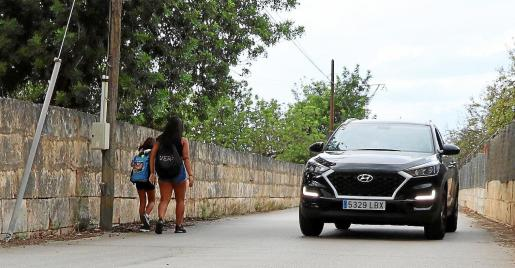 Los padres recuerdan que la vía de acceso a la urbanización no cuenta con aceras y circulan muchos vehículos.