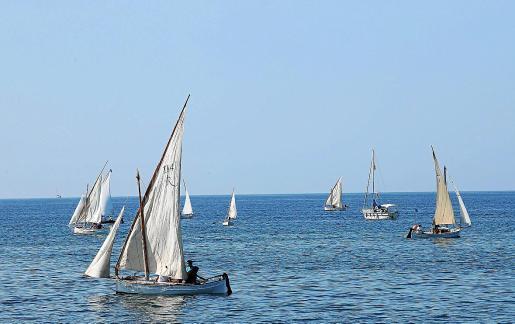 Las embarcaciones, durante la primera travesía de la Diada en la mañana de este sábado.