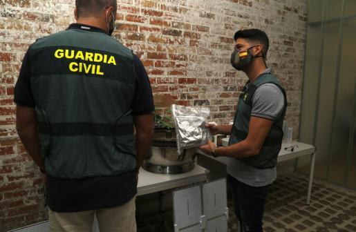 Dos guardias civiles de Palma junto al novedoso kit descubierto.