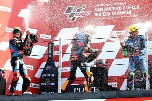 Marco Bezzecchi, Luca Marini y Enea Bastianini celebran el podio en le Gran Premio de san Marino de Moto2.