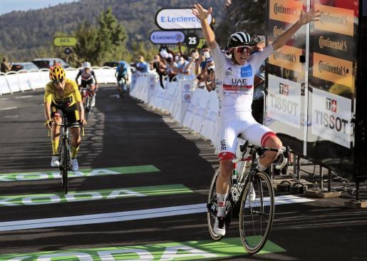 Tadej Pogacar celebra su victoria en la etapa 15 del Tour de Francia.
