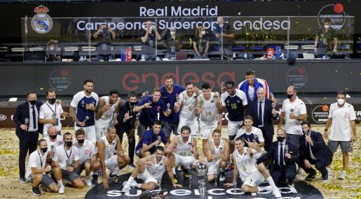 Los jugadores del Real Madrid celebran su victoria al proclamarse campeones de la Supercopa de la liga ACB.