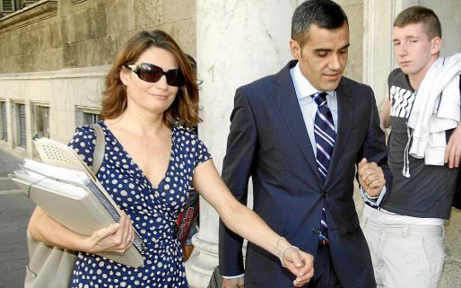 Tortella y su abogado, Gregorio San José, en los juzgados de Vía Alemania en 2011.