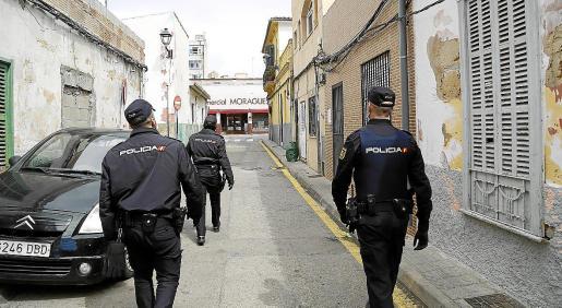 Imagen de archivo de tres policías nacionales patrullando por una calle de La Soledat.