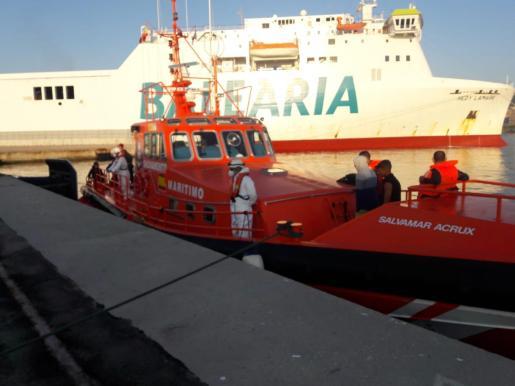 La Salvamar Acrux se ha desplazado para atender a los 15 migrantes que han llegado en patera este lunes a Palma.