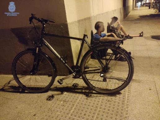 Imagen de los dos jóvenes detenidos por robar la bicicleta de la fotografía.