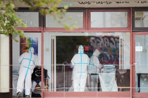Equipos sanitarios realizan pruebas de Covid-19 a trabajadores de residencias en el barrio de Gracia de Barcelona.