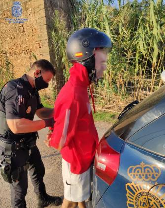 Imagen de la detención de uno de los jóvenes detenidos por el robo con violencia a una mujer en Palma.