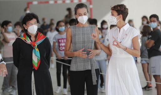 La reina Letizia (c) ha comentado el estado de su hija durante la visita este lunes las localidades navarras de Milagro y San Adrián para inaugurar el curso escolar 2020-2021.