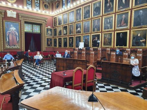 El pleno extraordinario ha sido telemático, pero los regidores de PP y Vox lo han seguido desde el salón de plenos de Cort.
