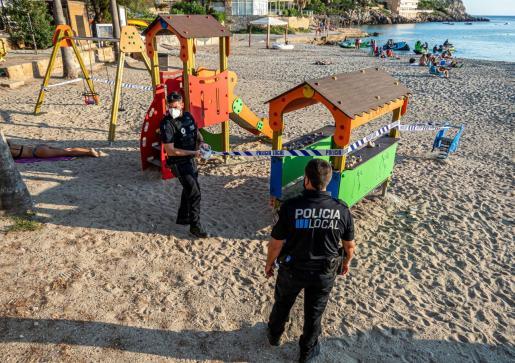 La Policía Local de Andratx cerrando un zona de juegos.