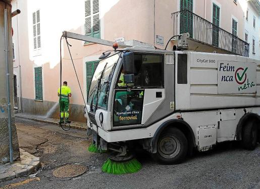 No es la primera vez en el último año que los trabajadores de los servicios de limpieza de Inca anuncian movilizaciones. En noviembre del año pasado, coincidiendo con el Dijous Bo, los empleados de la recogida de residuos convocaron una huelga que se anuló al llegar a un acuerdo salarial.
