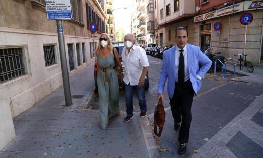 Bartolomé Cursach, en el centro, con su mujer y su abogado en Palma.