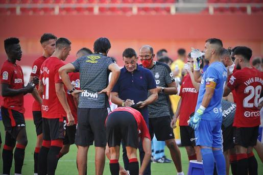 El técnico del Mallorca, Luis García Plaza, da instrucciones a sus jugadores en Son Moix.