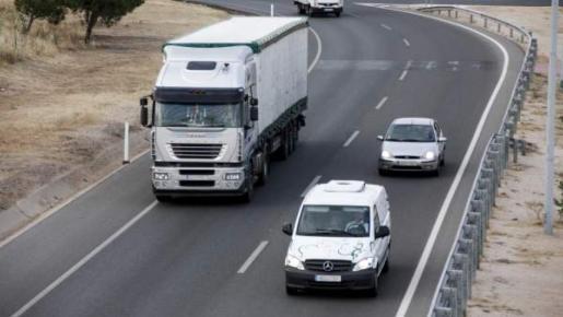 Varios vehículos circulan por el carril izquierdo.
