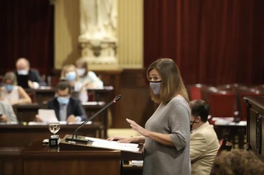 La presidenta del Govern, Francina Armengol, durante su comparecencia ante el pleno del Parlament.