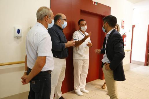 Momento de la visita a una residencia por parte de representantes del IMAS para hacer balance de los PCR realizados.