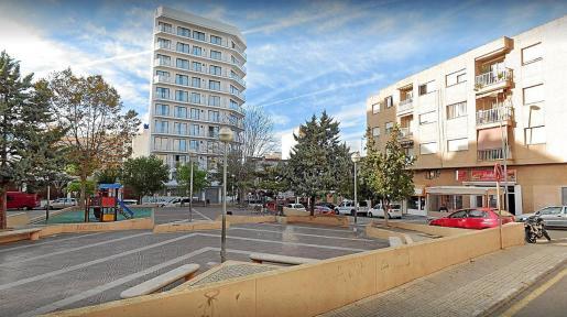 La plaza Estació que se ha cedido al colegio como patio y la torre del hotel BlueSea ubicado a escasos metros de la escuela.