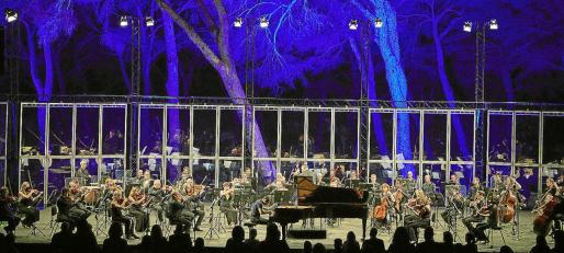La Orquestra Simfònica de les Illes Balears dirigida por Felipe Aguirre y al piano Juan Pérez Floristán.