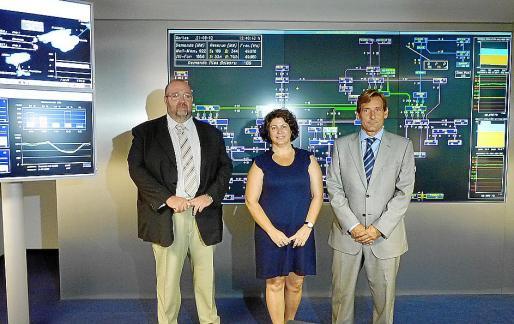 Jaime Ochogavía, Lourdes Cardona y Ramón Granadino, durante la visita a la sede de Red Eléctrica.