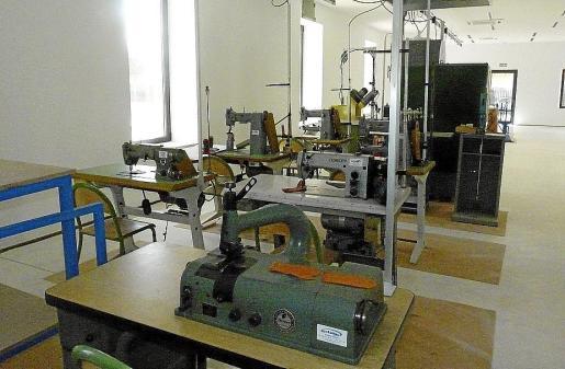 El Ajuntament ha dispuesto las máquinas necesarias para la confección de zapatos.