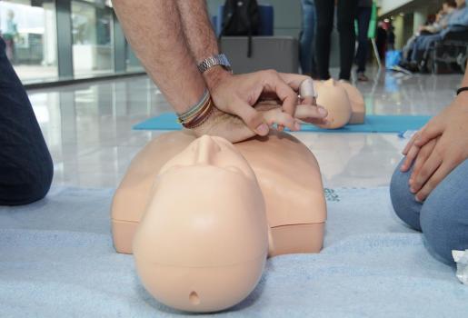 Imagen de un taller de RCP gratuito en Palma, para concienciar a la población de la importancia de conocer una técnica que puede salvar vidas.