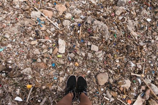 La acumulación de residuos en el litoral constituye un serio problema medioambiental.
