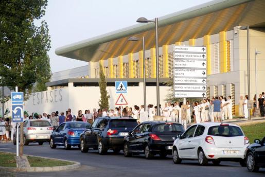 Trabajadores del hospital se han concentrado esta mañana a las puertas del aparcamiento.