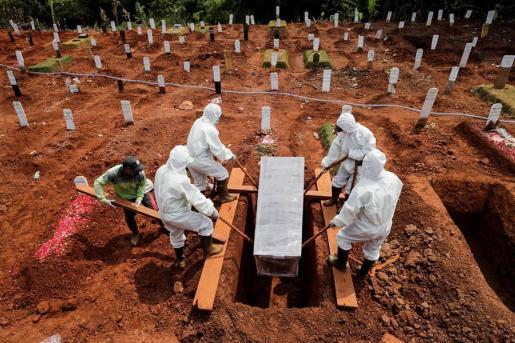Hay ocho vecinos sancionados que colaboran las labores de preparación de las tumbas en el cementerio.
