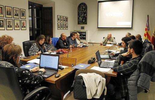 La reducida sala de plenos de Binissalem (en la foto en una imagen de archivo) acogerá este jueves el pleno extraordinario en el que el alcalde se someterá a una cuestión de confianza.