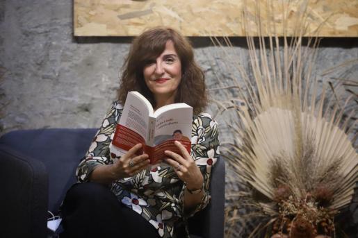 La escritora y periodista Elvira Lindo, posando en la librería Rata Corner de Palma.