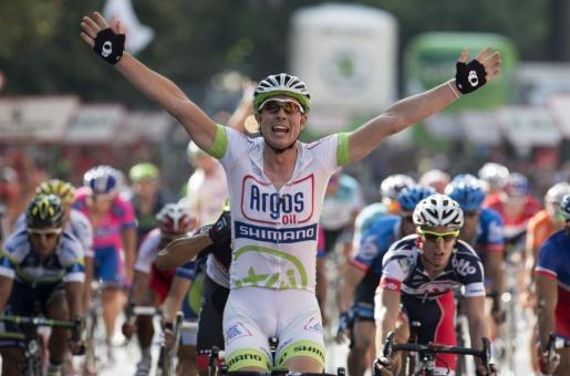John Degenkolb cruza la línea de meta y gana la quinta etapa de la Vuelta ciclista a España.