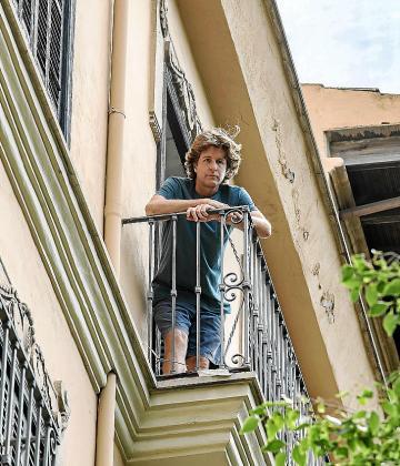 Woods, desde el balcón en el que perdió el reloj.