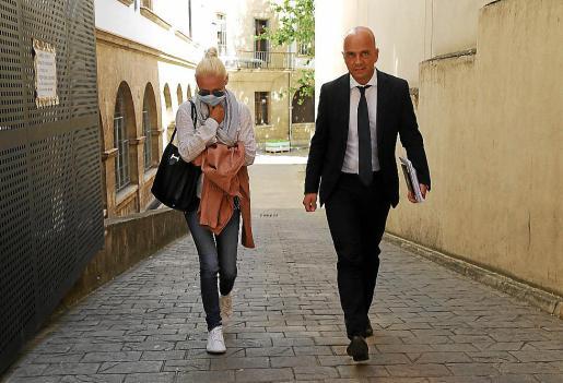 Renata Gotcha, junto a su abogado Miguel Ángel Ordinas, en los juzgados de Palma.