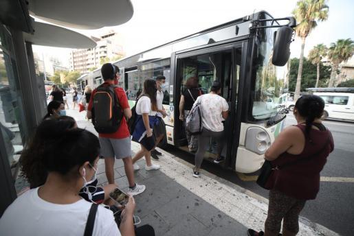 Ciudadanos subiendo a un autobús de la EMT. Las largas esperas están causando indignación.